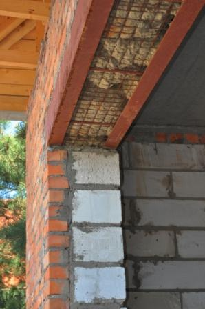 What is thermal bridging and how can it be avoided?
